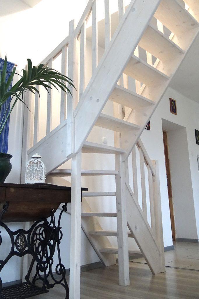 Bystrý smrkové schody do L realizace bezbarvý lak pod schodištěm