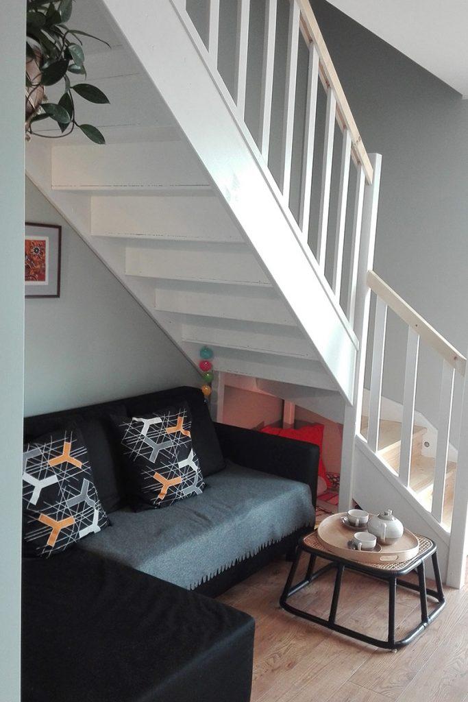 Bystrý smrkové schody do L realizace dvoubarevné světlý lak pod schodištěm