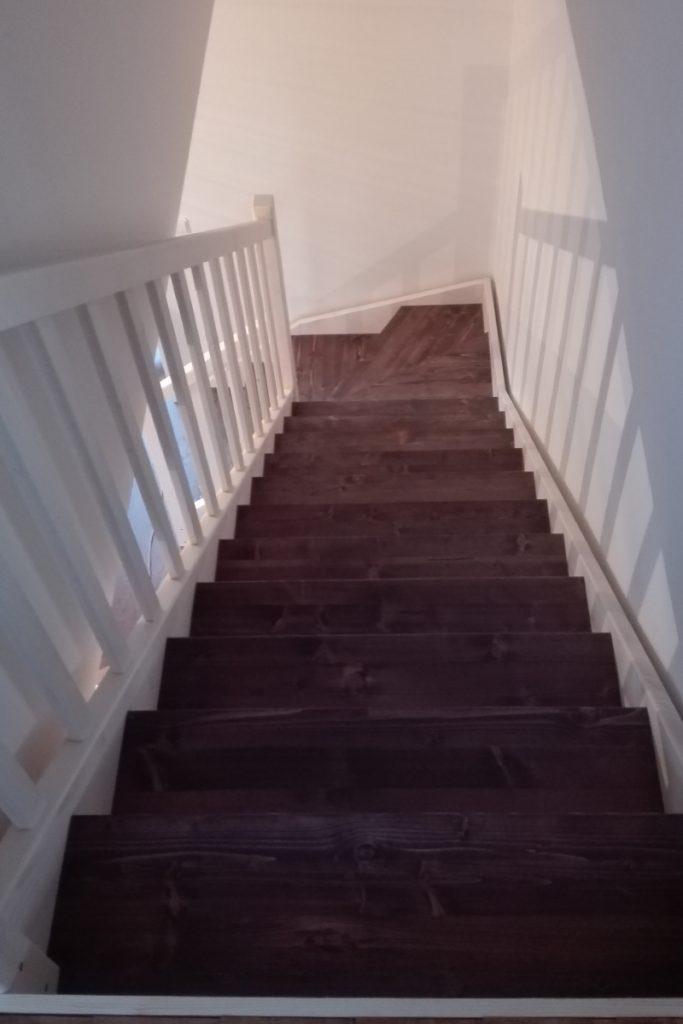 Bystrý smrkové schody do L realizace dvoubarevné tmavý lak shora