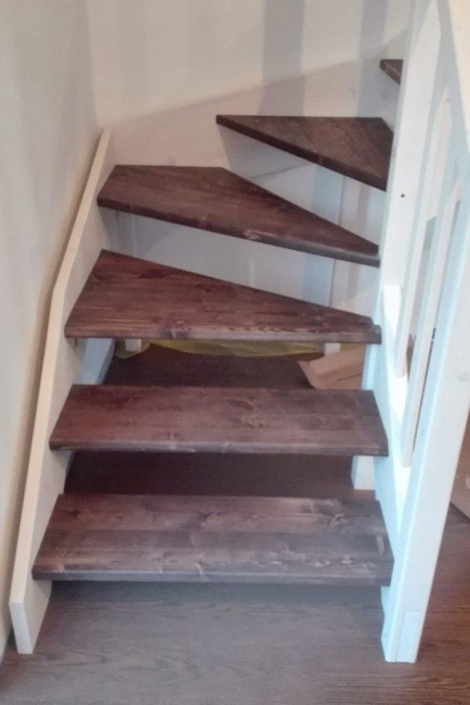 Bystrý smrkové schody do L realizace dvoubarevné tmavý lak zdola