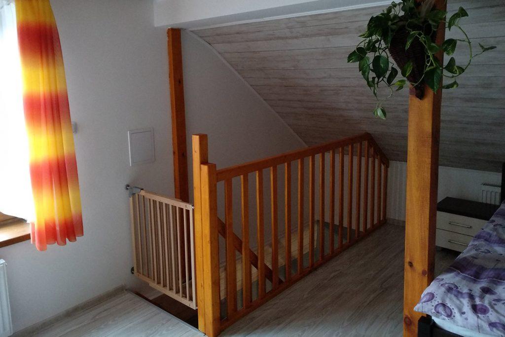 Bystrý smrkové schody do L realizace s dětskou brankou shora