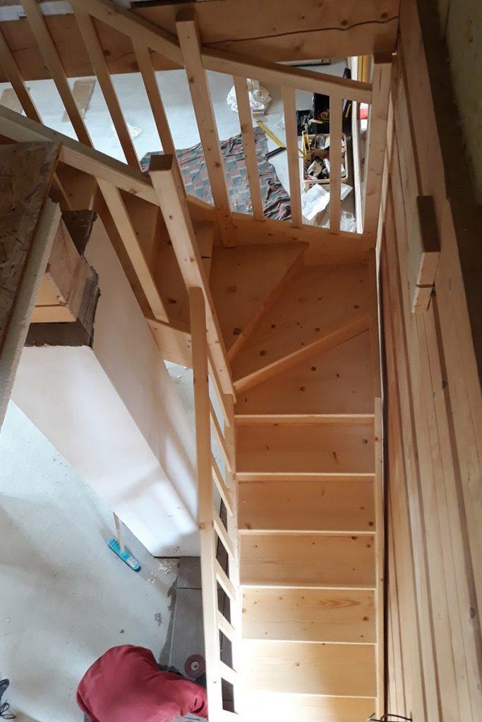 Bystrý smrkové schody do L realizace bezbarvý lak úzké pohled z patra
