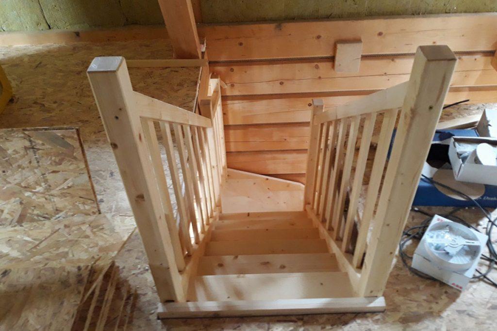 Bystrý smrkové schody do L realizace bezbarvý lak úzké pohled shora