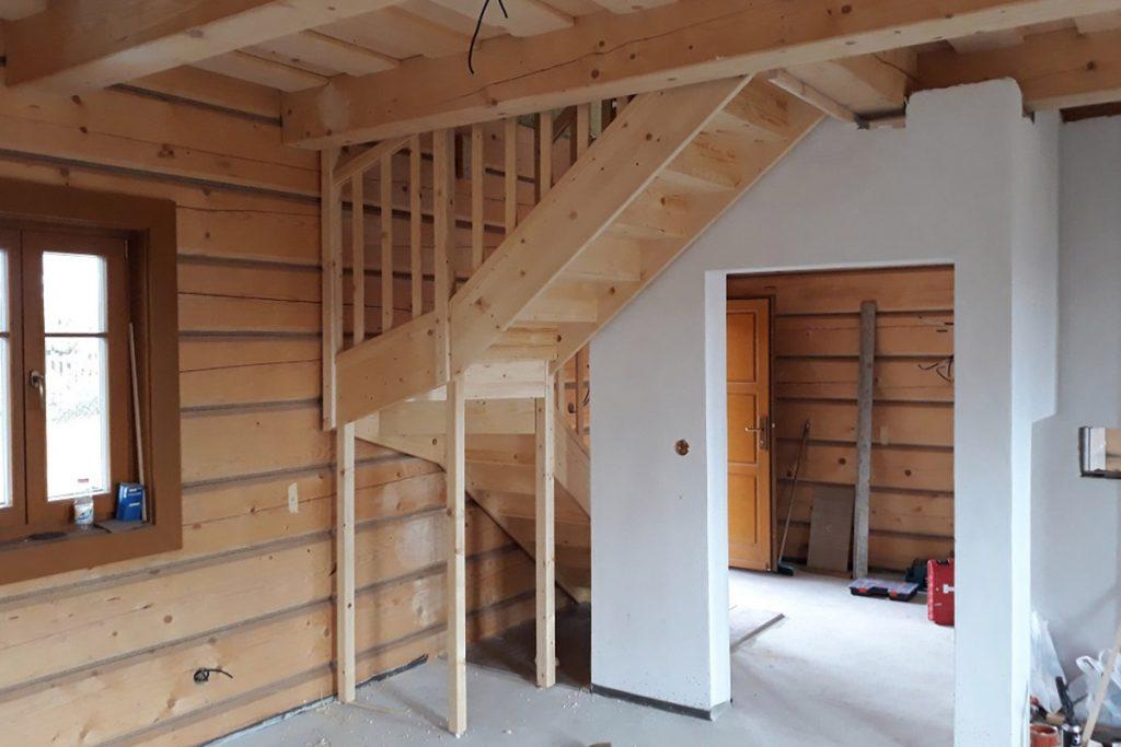 Bystrý smrkové schody do L realizace bezbarvý lak úzké pohled zboku
