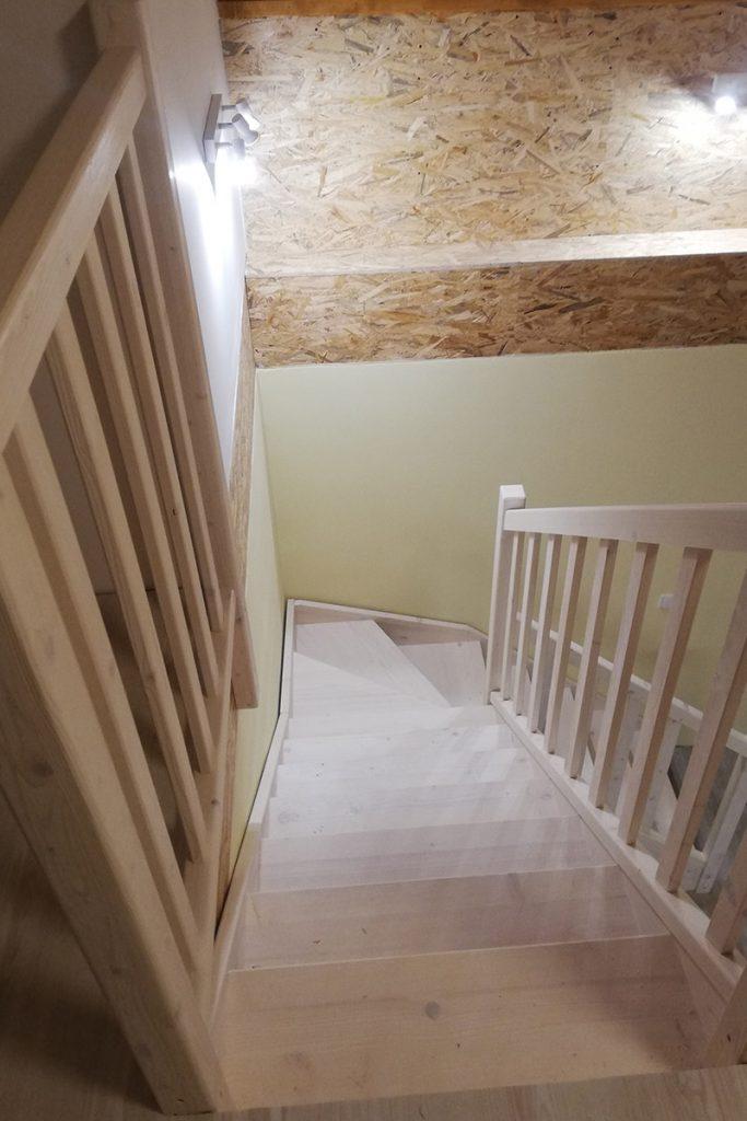 Bystrý smrkové schody do L realizace bezbarvý lak pohled shora