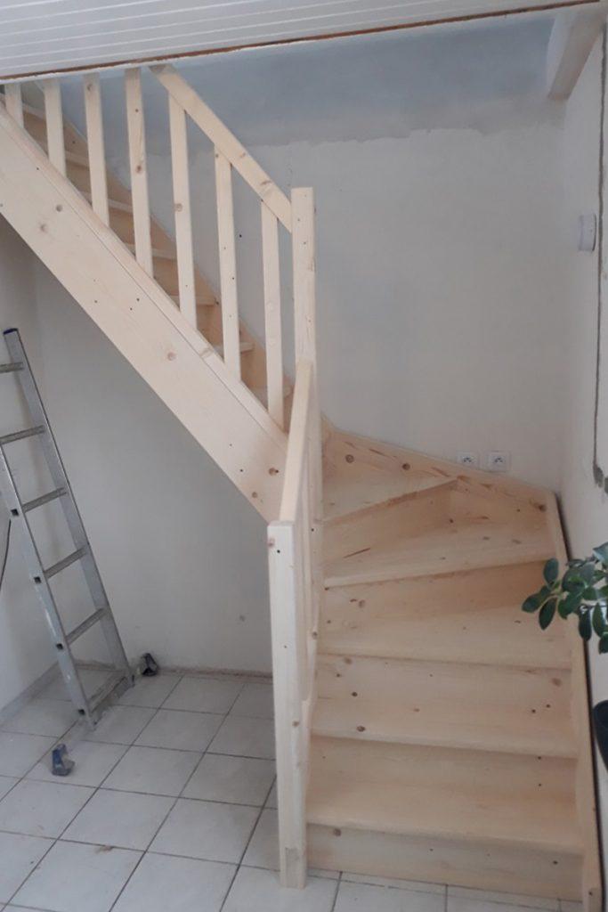 Bystrý smrkové schody do L realizace světlý lak pohled zdola