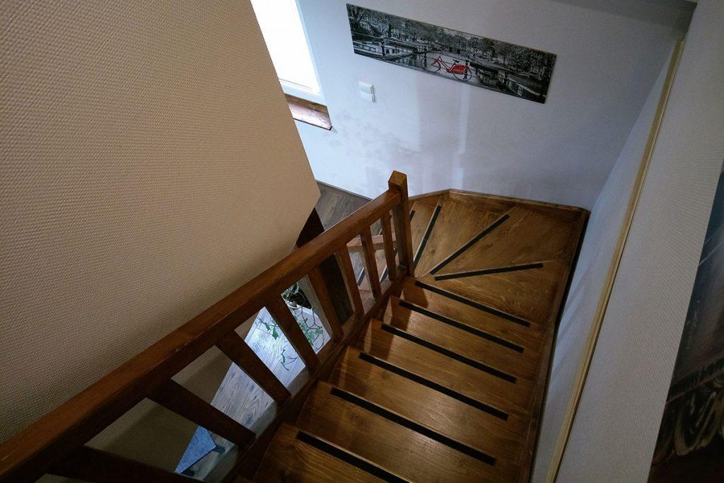 Bystrý smrkové schody do L realizace tmavý lak shora