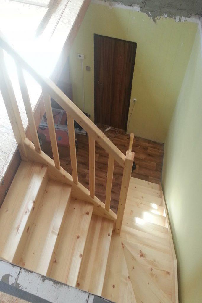 Bystrý smrkové schody do L realizace shora