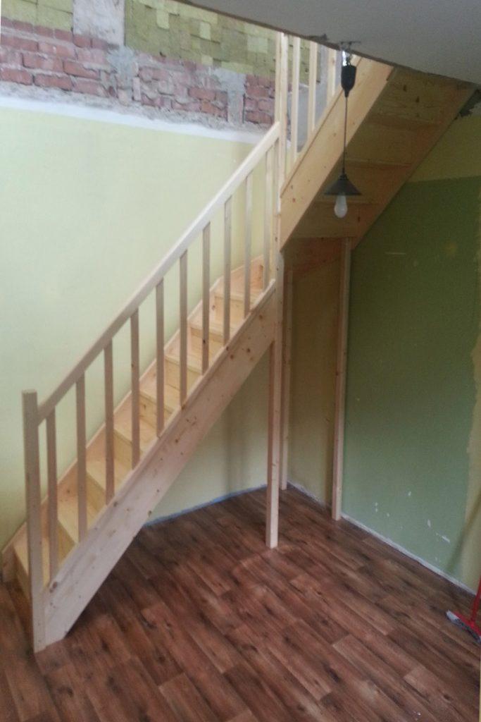 Bystrý smrkové schody do L realizace z boku