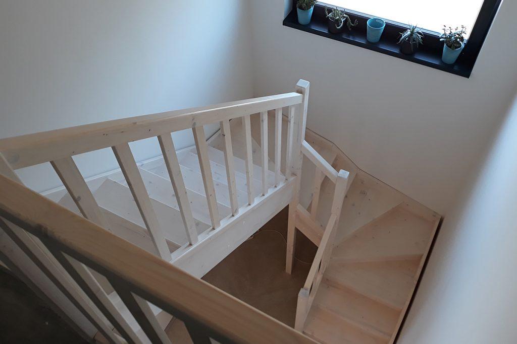 Bystrý smrkové schody do U realizace shora