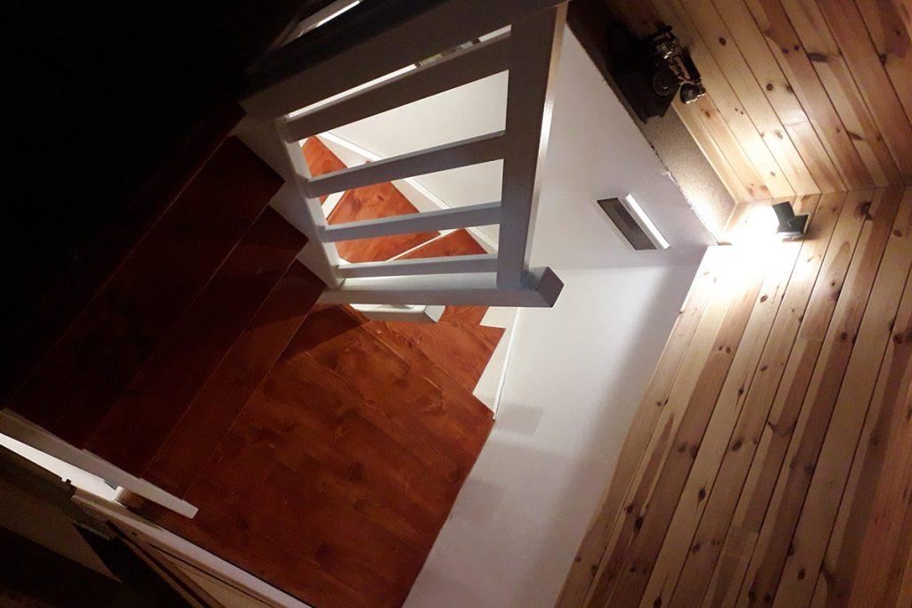 Bystrý smrkové schody do U realizace dvoubarevný lak shora