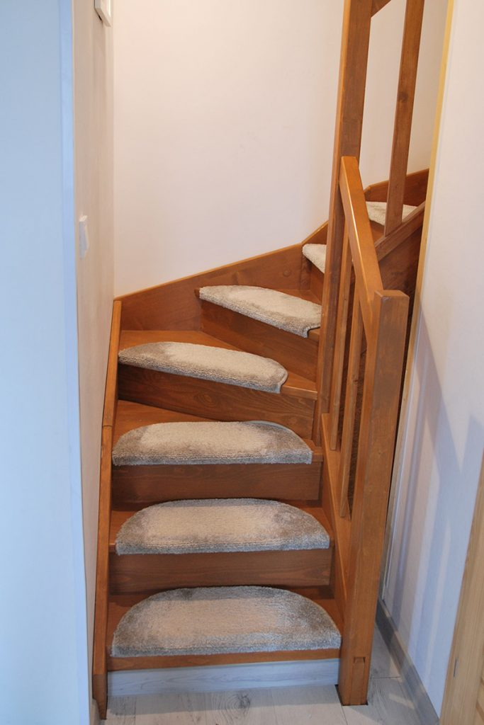 Bystrý smrkové schody do U realizace s koberečky zdola