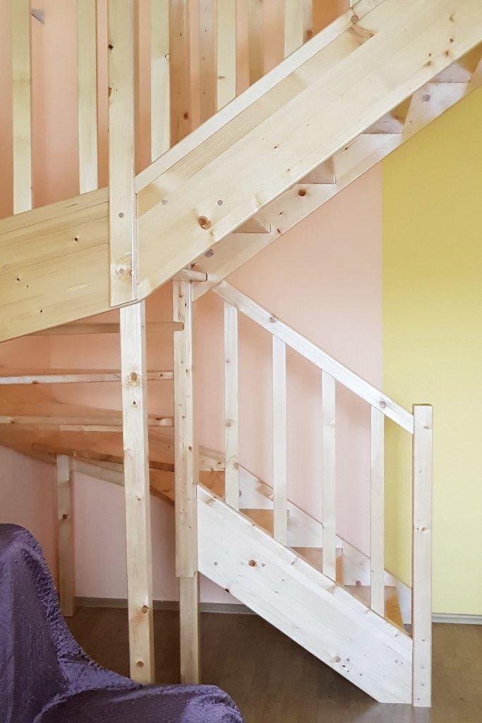 Bystrý smrkové schody do U realizace bezbarvý lak pohled zboku