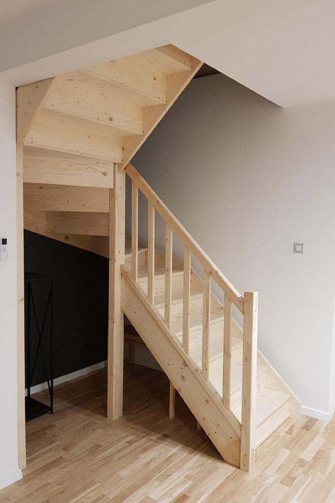 Bystrý smrkové schody do U realizace bezbarvý lak pohled zdola