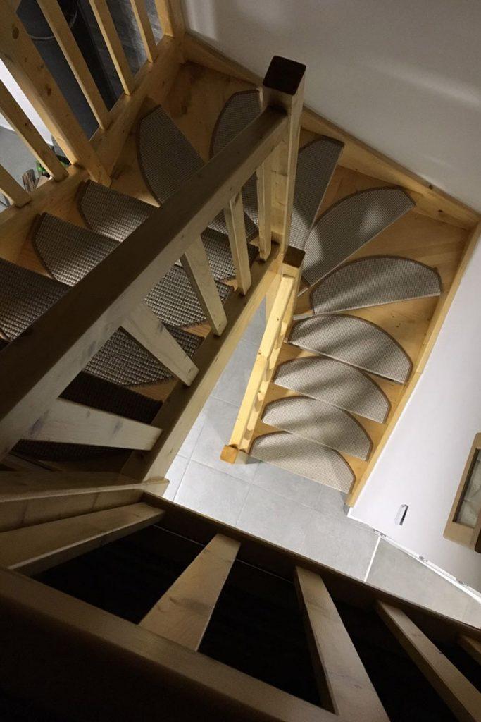 Bystrý smrkové schody do U realizace bezbarvý lak z patra