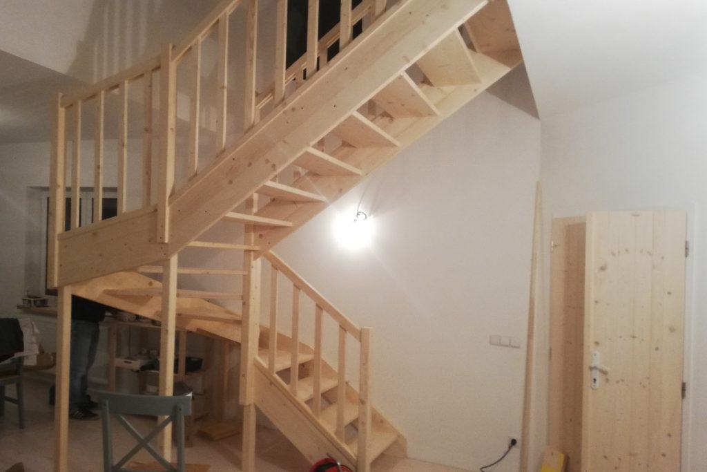 Bystrý smrkové schody do U realizace bezbarvý lak zdola konstrukce