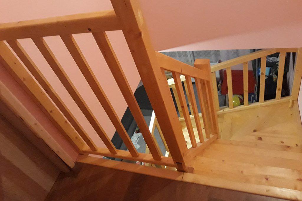 Bystrý smrkové schody do U realizace bezbarvý lak s vrátky shora