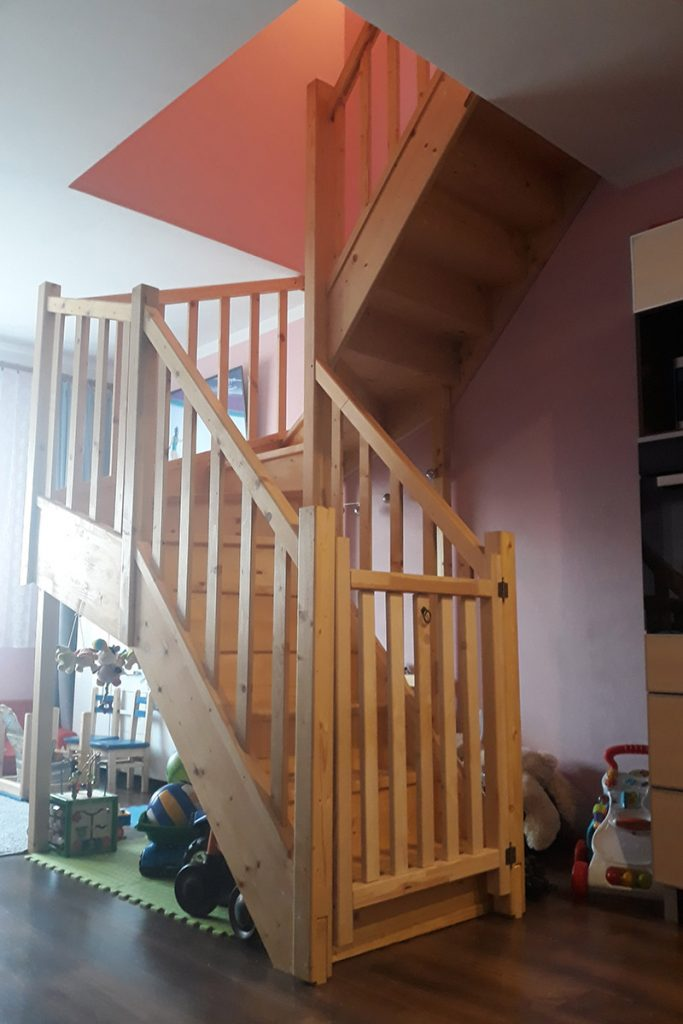 Bystrý smrkové schody do U realizace bezbarvý lak se zavřenými vrátky zdola