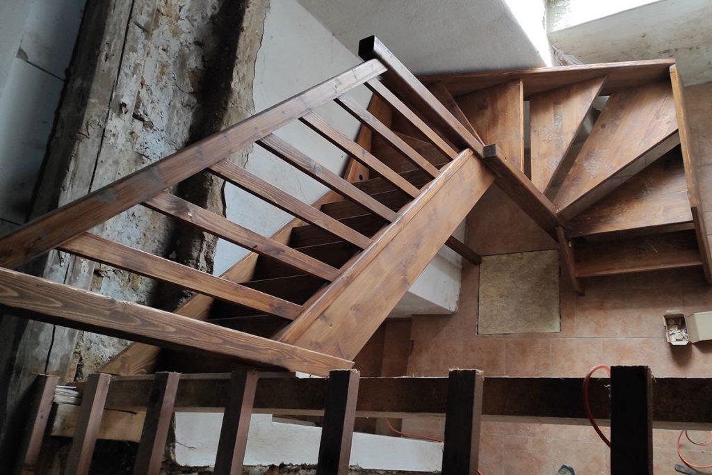 Bystrý smrkové schody do U realizace tmavý lak z patra