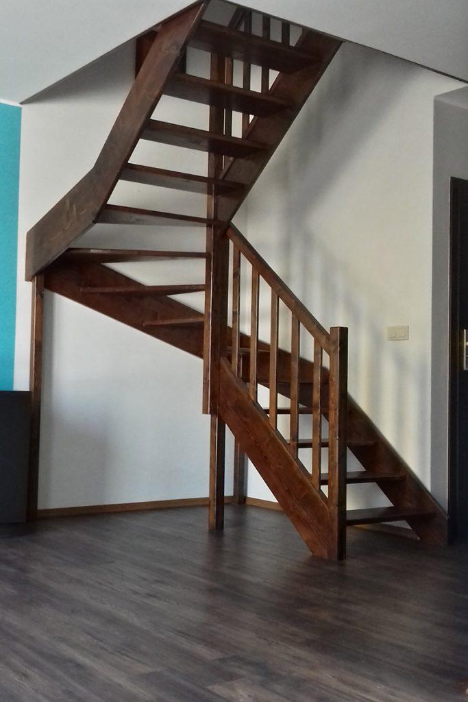 Bystrý smrkové schody do U realizace tmavý lak zdola