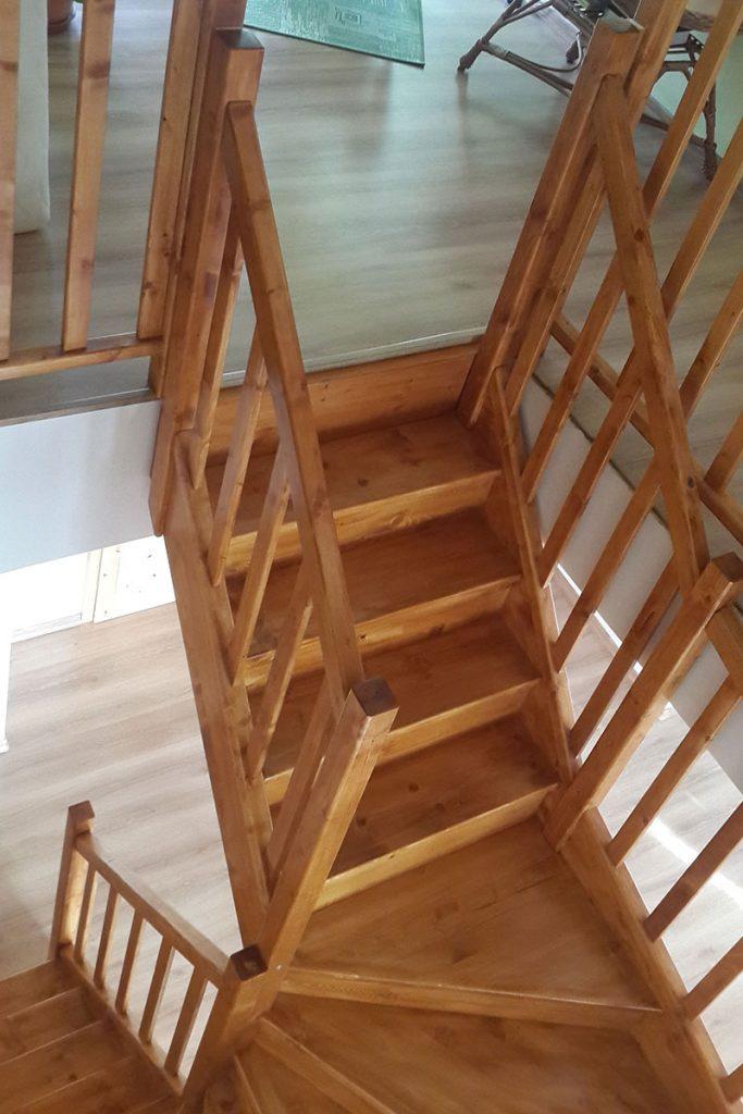Bystrý smrkové schody do U realizace hnědý lak shora