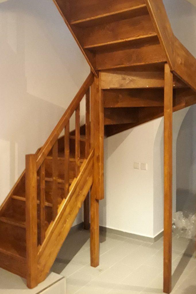 Bystrý smrkové schody do U realizace hnědý lak zboku