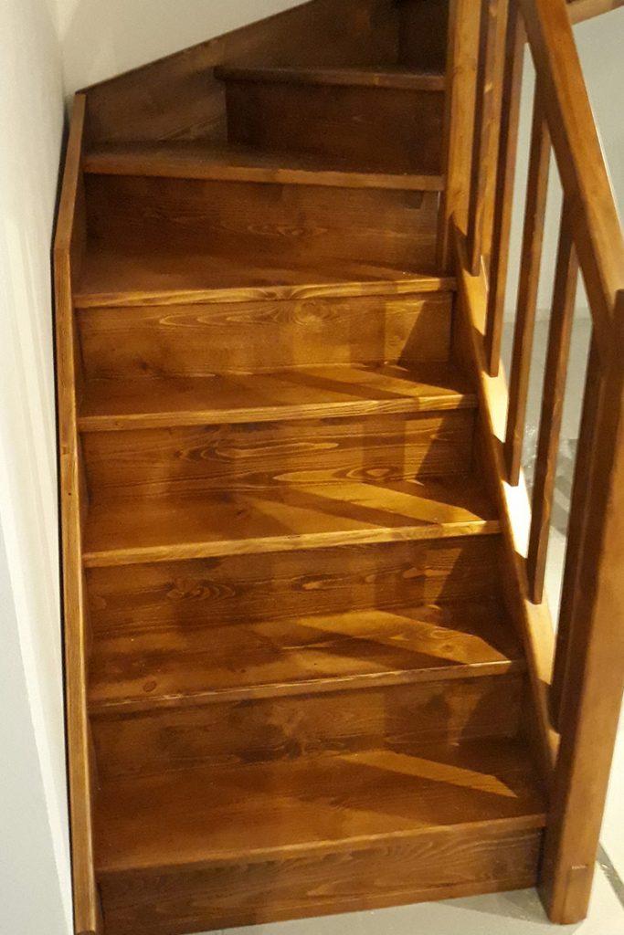 Bystrý smrkové schody do U realizace hnědý lak pohled zdola detail