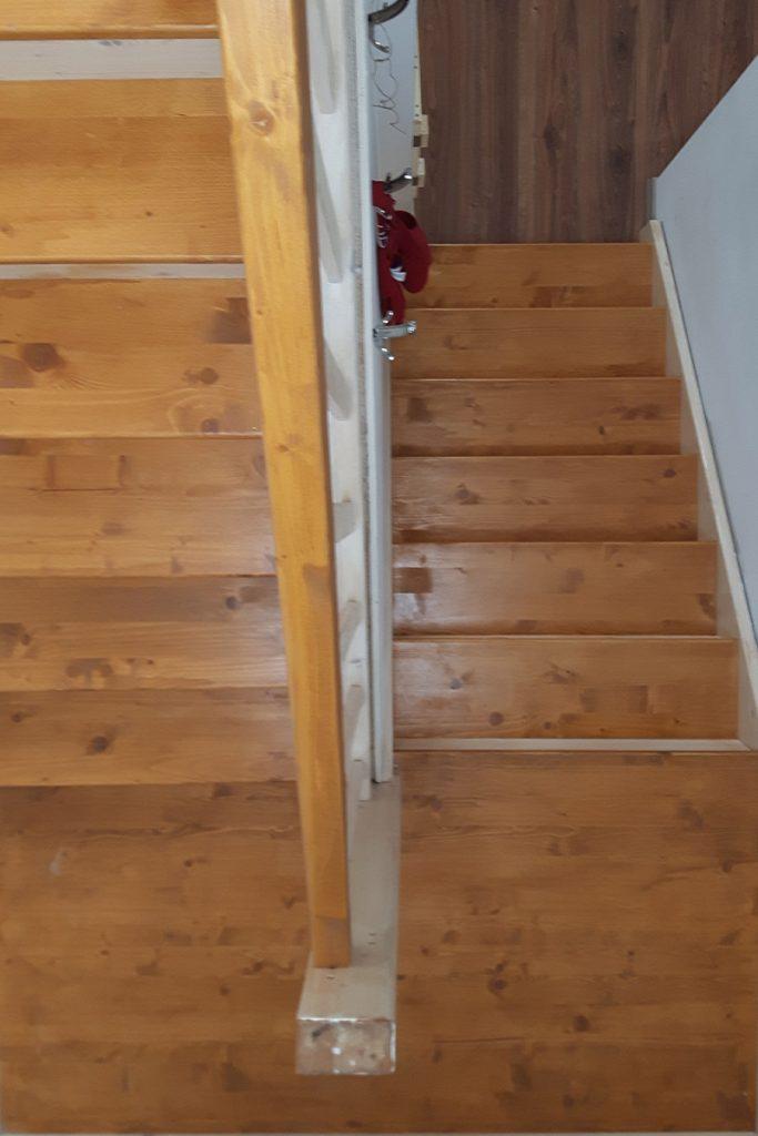 Bystrý smrkové schody do U realizace světlé dvoubarevný lak shora