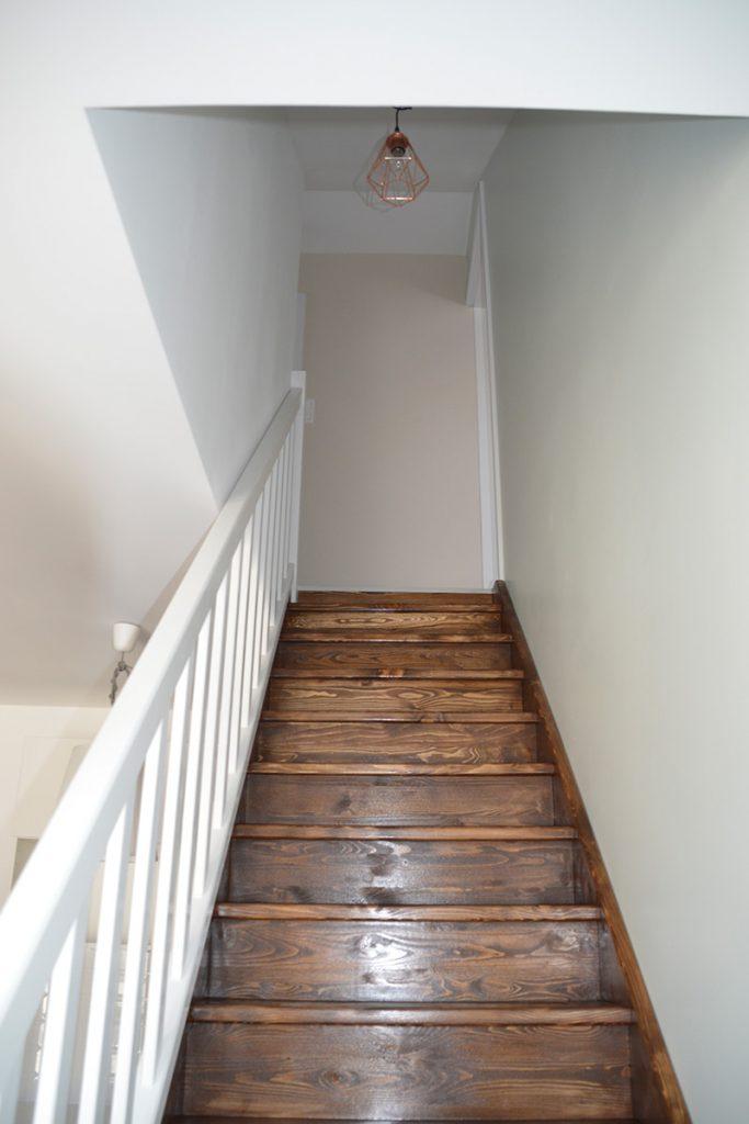 Bystrý smrkové schody rovné tmavý lak realizace pohled zdola