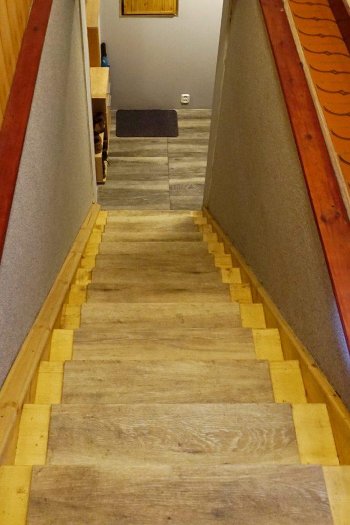 Bystrý smrkové schody rovné světlý lak realizace pohled ze schodiště