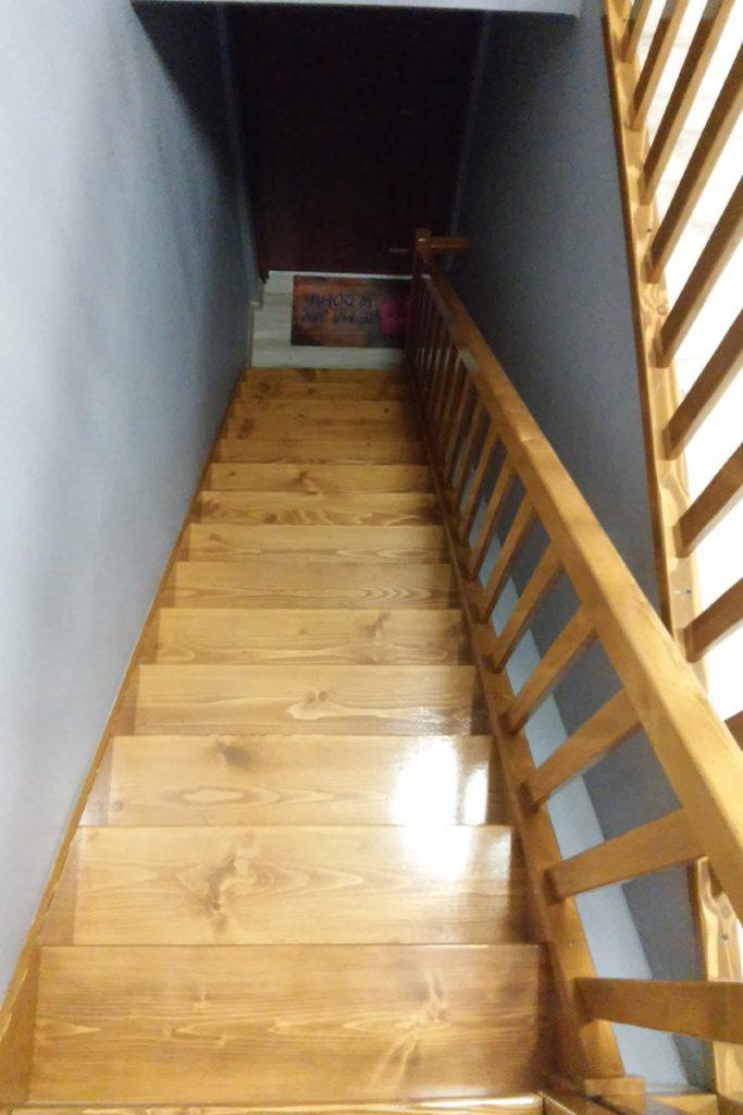 Bystrý smrkové schody rovné světlý lak realizace pohled z patra