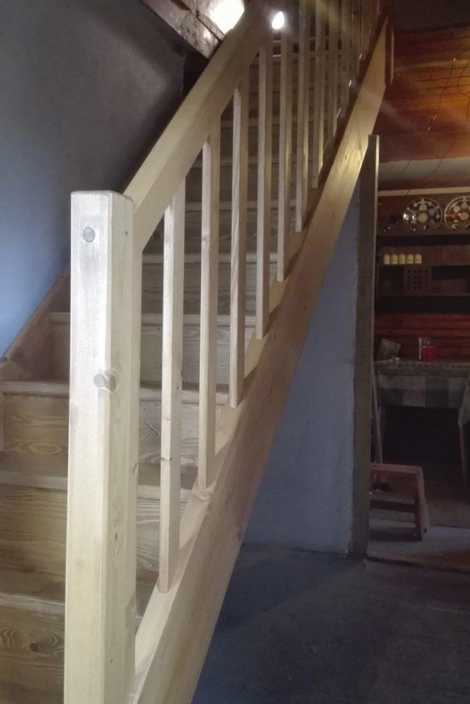 Bystrý smrkové schody rovné světlé realizace bezbarvý lak zdola
