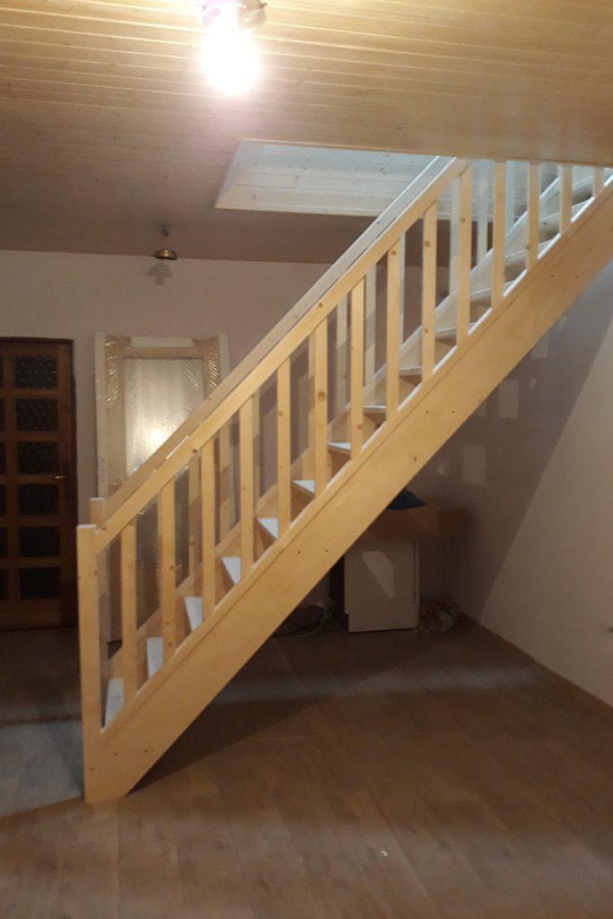 Bystrý smrkové schody rovné realizace světlé zboku