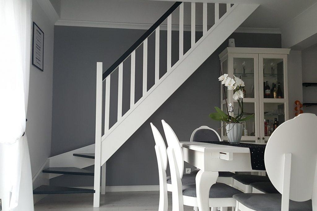 Bystrý smrkové schody s dolním lomením dvoubarevné černá a bílá realizace zdola