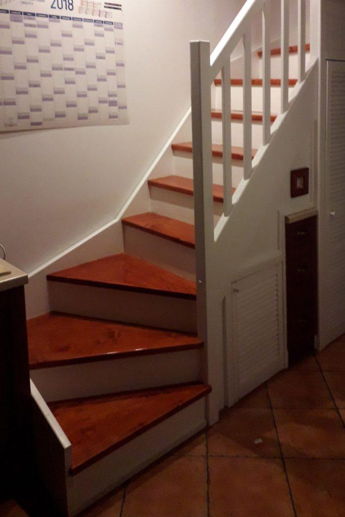 Bystrý smrkové schody s dolním lomením dvoubarevné realizace zdola