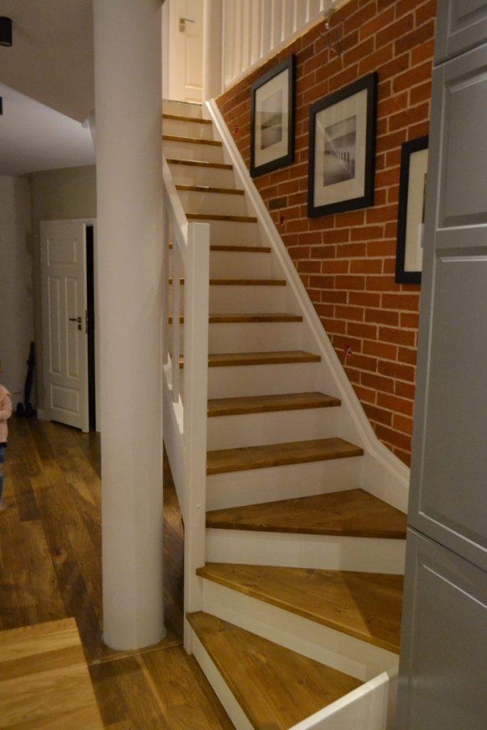 Bystrý smrkové schody s dolním lomením dvoubarevné světlé realizace pohled zdola