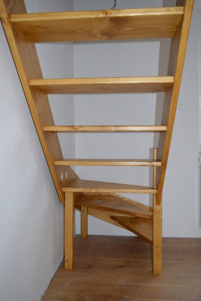 Bystrý smrkové schody s dolním lomením realizace pod schodištěm