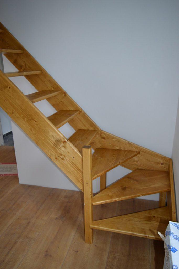 Bystrý smrkové schody s dolním lomením realizace zdola