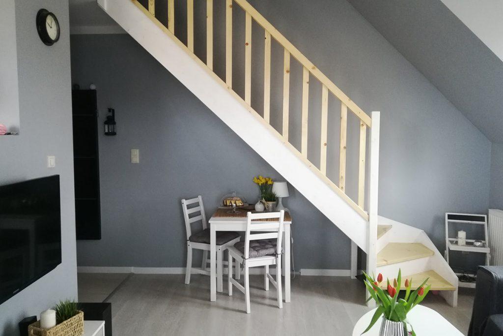 Bystrý smrkové schody s dolním lomením dvoubarevné světlé realizace zboku