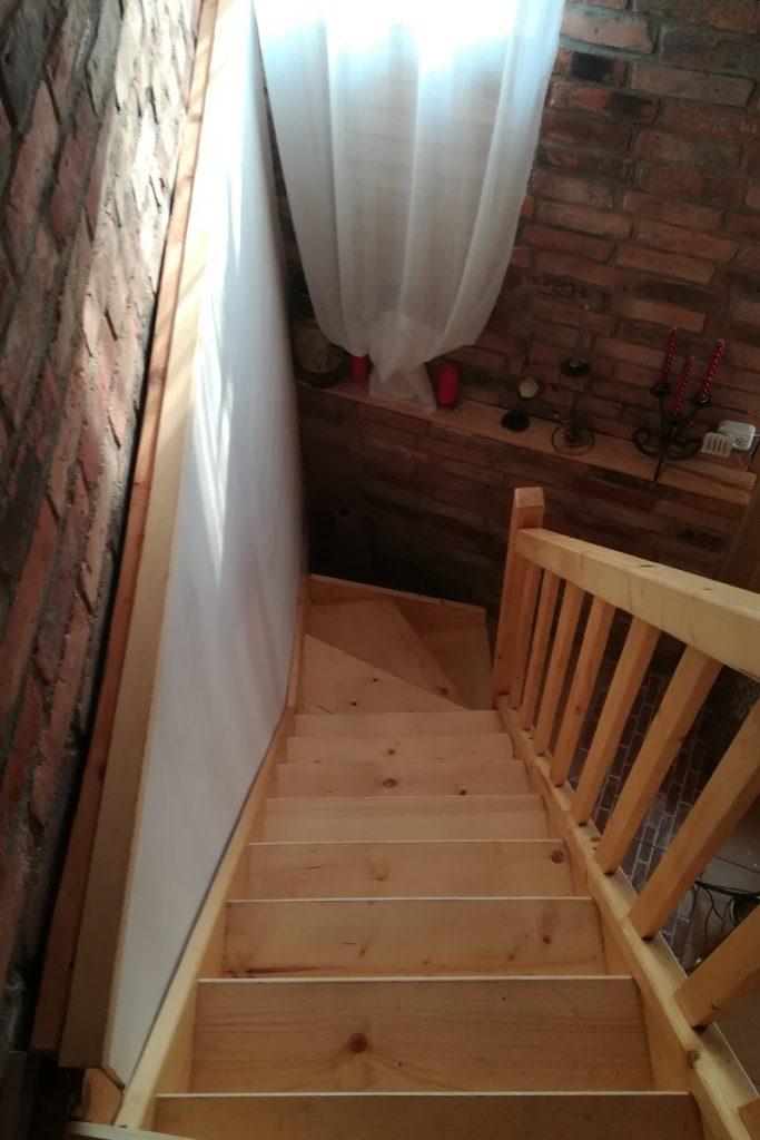 Bystrý smrkové schody s dolním lomením krátké a úzké bezbarvý lak realizace shora