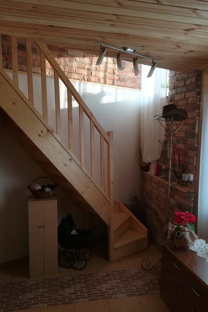 Bystrý smrkové schody s dolním lomením krátké a úzké bezbarvý lak realizace zdola