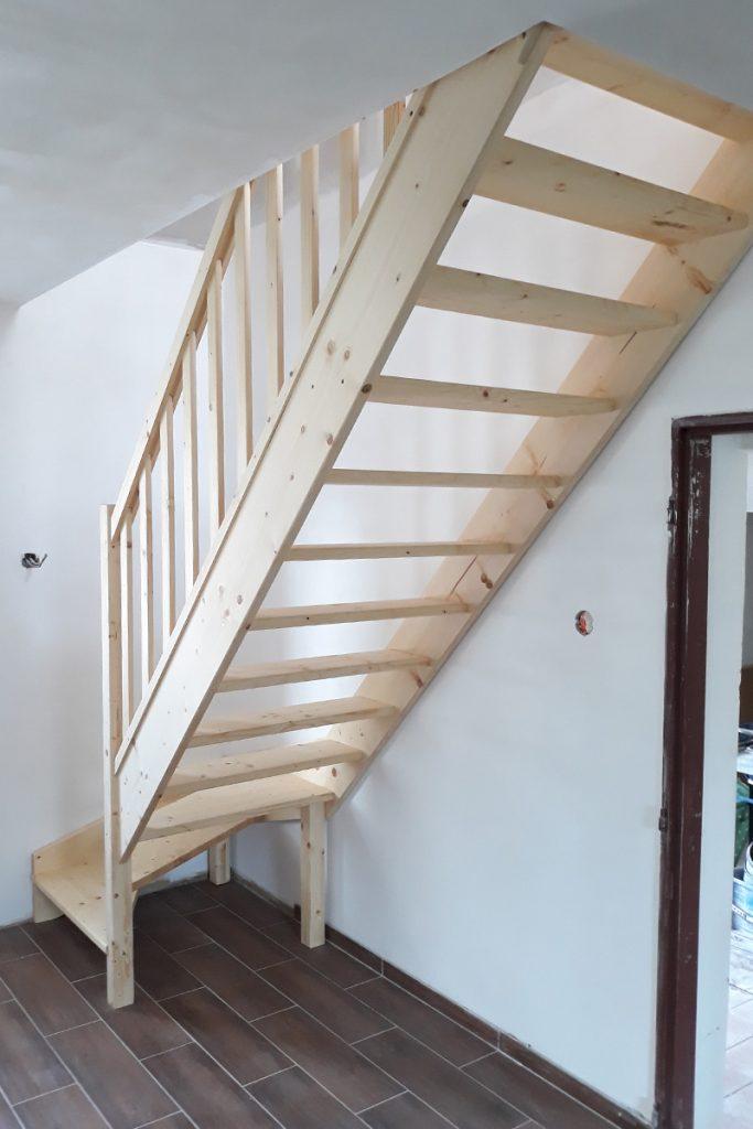 Bystrý smrkové schody s dolním lomením bezbarvý lak realizace pod schodištěm